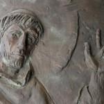 Santuario Francescano Greccio, Chiesa nuova, Portale rappresentante San Francesco e il lupo - particolare